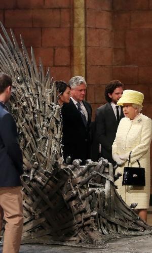 24.jun.2014 - Rainha Elizabeth 2ª observa o famoso Trono de Ferro de