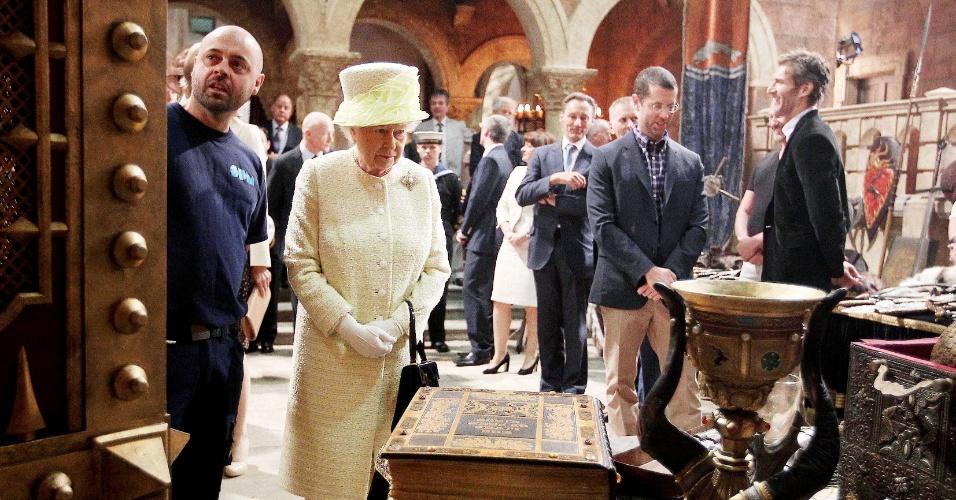 24.jun.2014 - Rainha Elizabeth 2ª observa os objetos cenográficos de