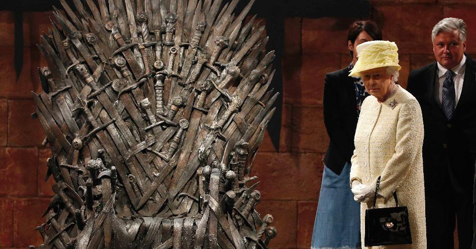 24.jun.2014 - Rainha Elizabeth 2ª posa ao lado do Trono de Ferro de