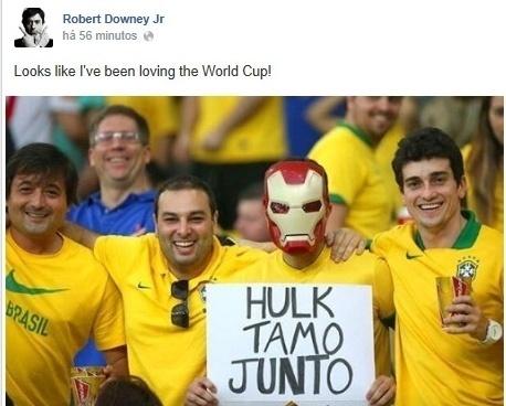 24.jun.2014 - Robert Downey Jr brinca com imagem de torcedor brasileiro com máscara do Homem de Ferro