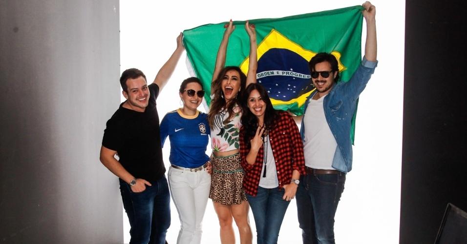 24.jun.2014 - Sabrina Sato diverte-se ao posar segurando a bandeira do Brasil com a equipe de produção de uma campanha publicitária para a uma marca de roupas feminina, em São Paulo