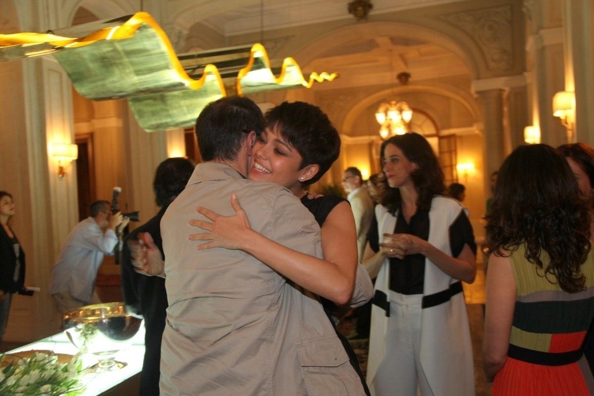 24.jun.2014 - Sophie Charlotte abraça Tony Ramos no lançamento da novela