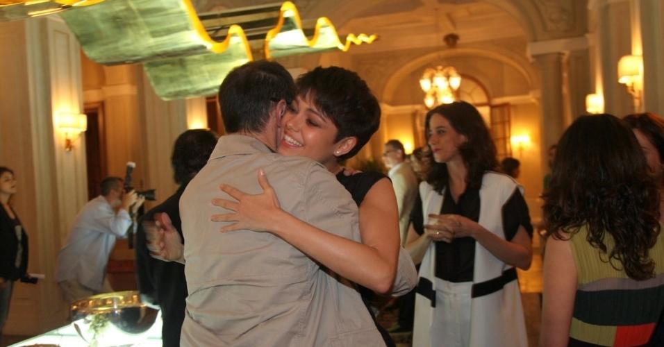 """24.jun.2014 - Sophie Charlotte abraça Tony Ramos no lançamento da novela """"O Rebu"""", que estreia no dia 14 de julho, às 23h"""