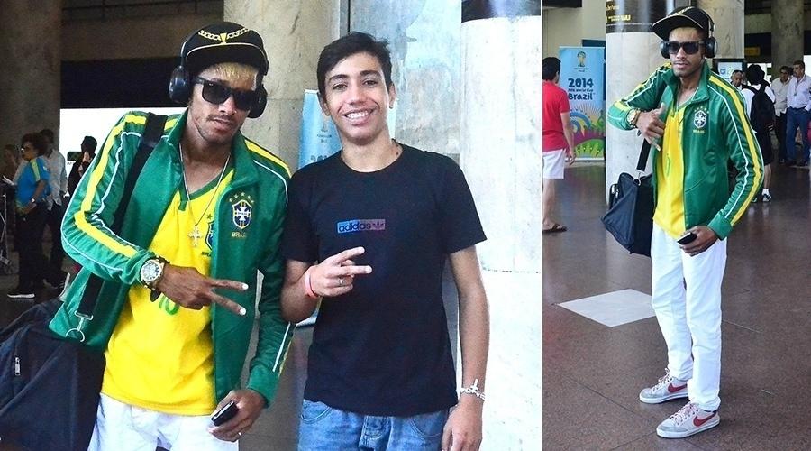 24.jun.2014 - Sósia de Neymar posa com fãs do jogador em aeroporto do Rio