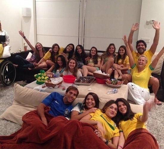 24.jun.2014 - Xuxa diz que acompanha todos os jogos da seleção brasileira. Em seu Facebook, a apresentadora postou uma foto com o namorado, Junno, a filha, Sacha