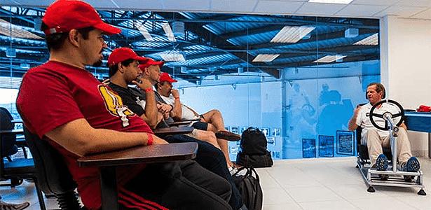 Ingo Hofmann mostra posição ao volante a alunos em curso da Mitsubishi - Murilo Mattos/Divulgação - Murilo Mattos/Divulgação