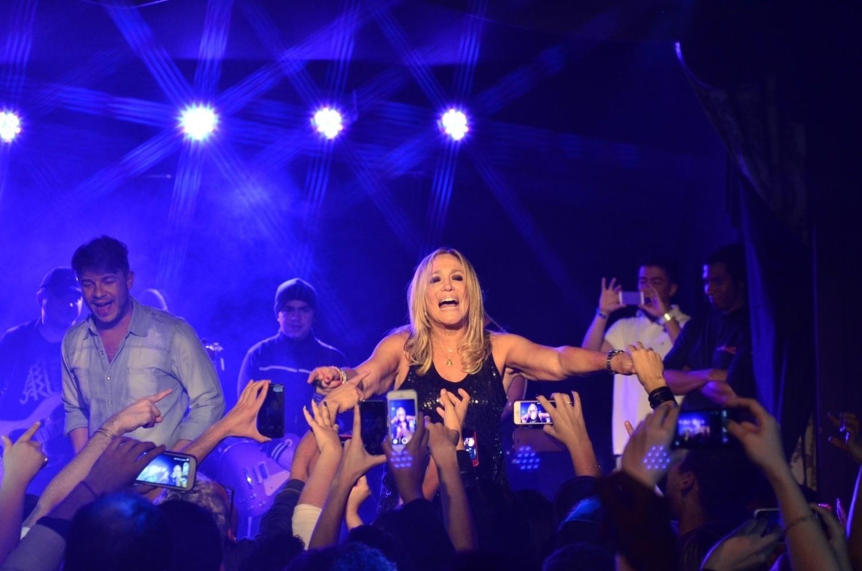 24.jun.2014 - Susana VIeira sobe ao palco durante show de Anitta na boate Club A, na zona sul de São Paulo