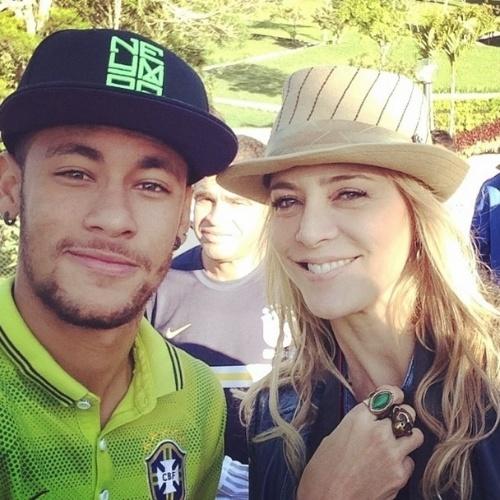 25.jun.2014 - Christine Fernandes posa ao lado do jogador Neymar na Granja Comary em Teresópolis