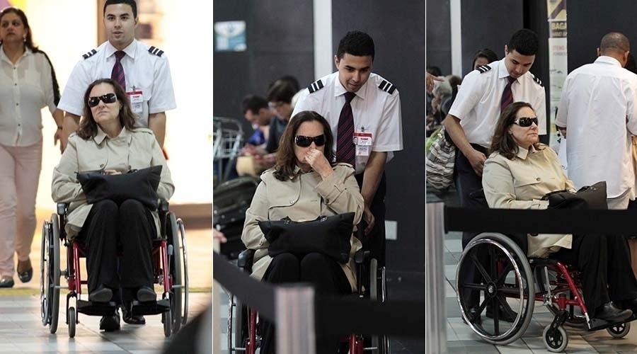25.jun.2014 - Elizabeth Savalla circula de cadeira de rodas pelo aeroporto de Congonhas, em São Paulo