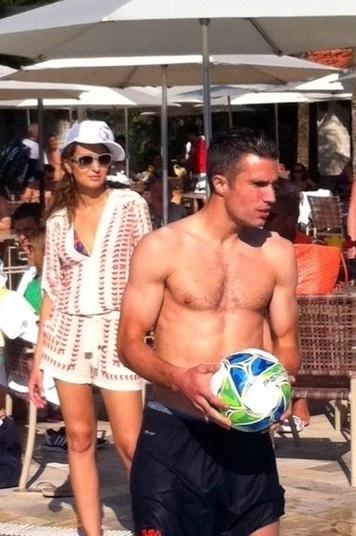 25.jun.2014 - Jogador holandês Van Persie é fotografado sem camisa no clube Caiçaras, na Lagoa Rodrigo no Rio de Janeiro