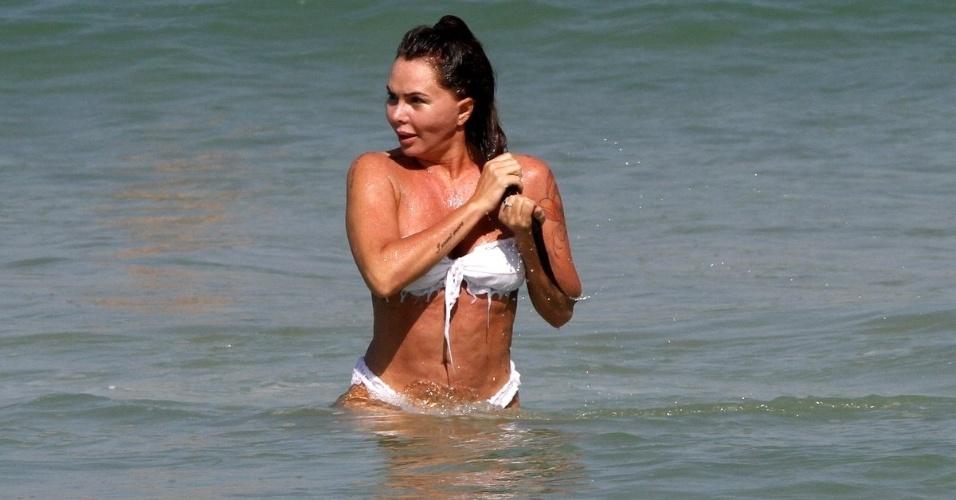 25.jun.2014 - Mais magra, Cristina Mortágua dá mergulho no mar na praia da Barra da Tijuca, no Rio de Janeiro. No final de maio, ela revelou a seus seguidores no Instagram que havia perdido 27 kg
