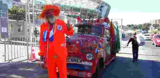 Holandês Ben Oude e Nellie, sua caminhonete, na frente da Arena Fonte Nova - palco do duelo entre Holanda e Espanha na primeira fase da Copa do Mundo - Vagner Vargas/Portal da Copa - Vagner Vargas/Portal da Copa