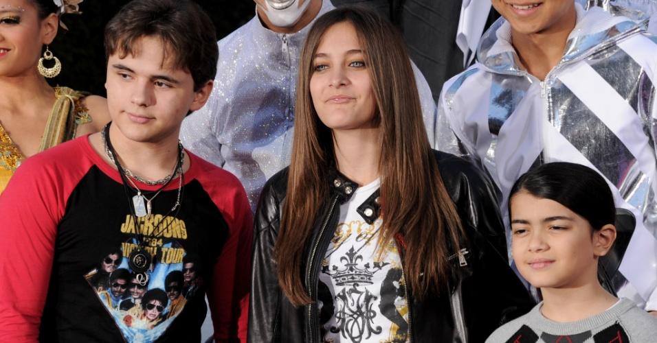 Os três filhos de Michael Jackson, Prince Jackson, Paris e Blanket em cerimônia que homenageou o cantor no teatro chinês de Grauman, na calçada da fama, em Los Angeles, Califórnia