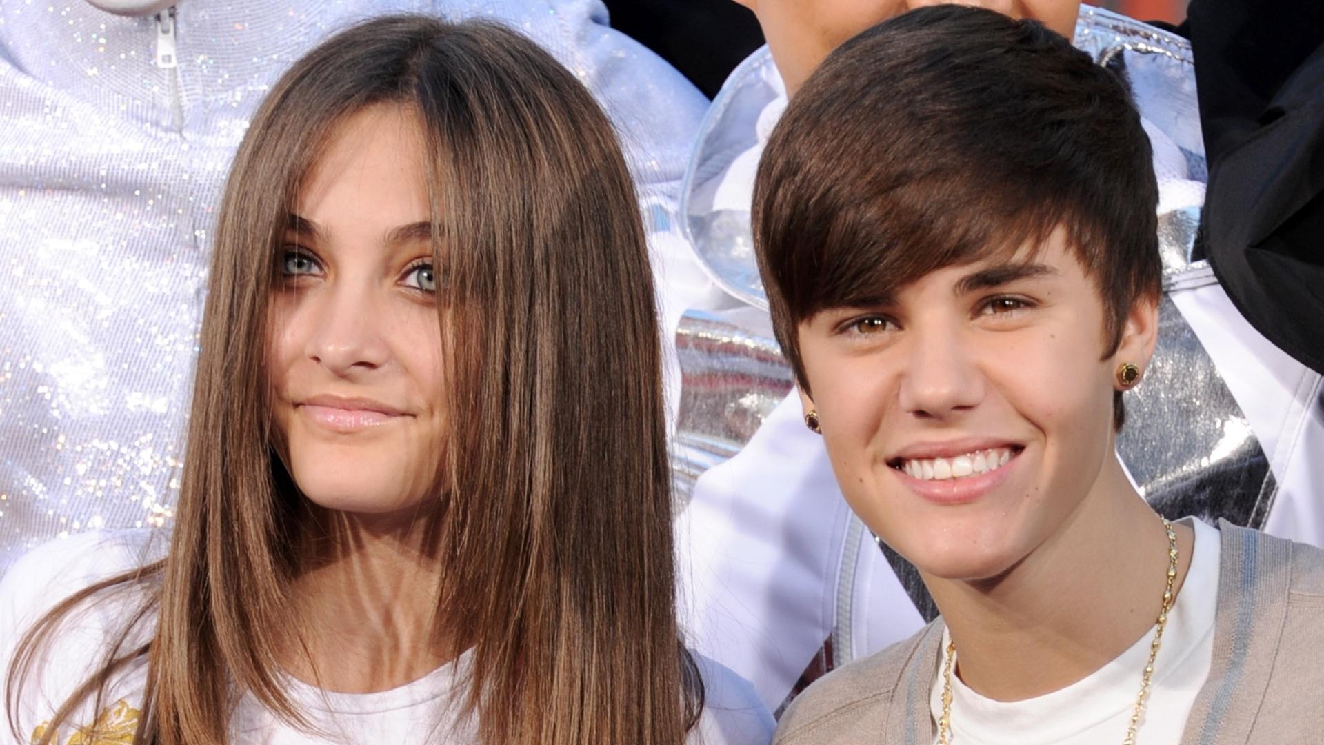 Paris Jackson com Justin Bieber no teatro chinês de Grauman em Los Angeles, Califórnia, em janeiro de 2012. Cantor foi homenageado e os herdeiros do Rei do Pop deixaram as marcas de suas mãos na Calçada da Fama