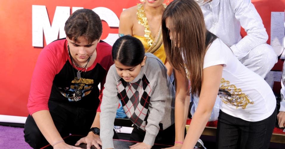 Prince Jackson, Blanket e Paris Jackson no teatro chinês de Grauman em Los Angeles, Califórnia, em janeiro de 2012. Cantor foi homenageado e os herdeiros do Rei do Pop deixaram as marcas de suas mãos na Calçada da Fama