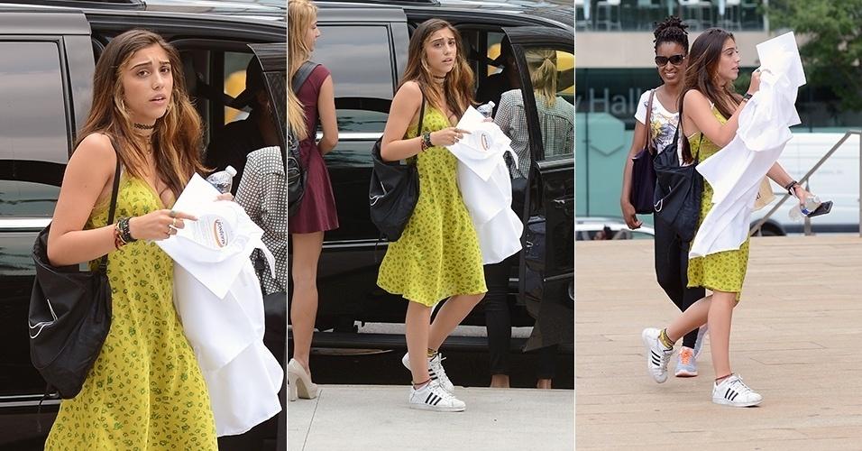 25.jun.2014 - De vestido e tênis, Lourdes Maria, filha mais velha de Madonna, chega para sua formatura do ensino médio em Nova York, nos Estados Unidos. Ela foi fotografada segurando a beca e o chapéu para a cerimônia, ambos brancos