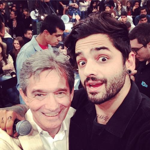 25.jun.2014 - Lucas Silveira comemorou o aniversário de Serginho Groisman no programa especial em homenagem ao apresentador nos estúdios da Globo, em São Paulo