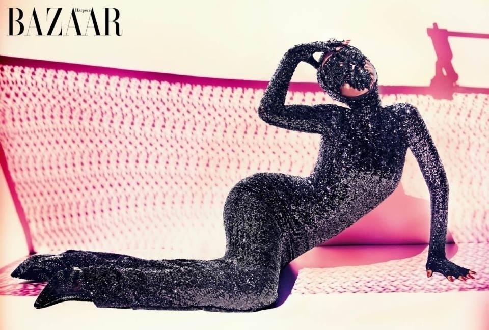 25.jun.2014 - Rihanna usa vestido brilhante que cobre todo o seu corpo em ensaio da edição de julho/agosto da