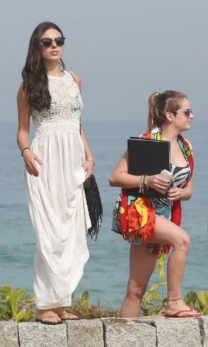 26.jun.2014 - Após tomar sol, Isis Valverde deixa a praia da Reserva, no Rio de Janeiro, usando vestido longo e branco