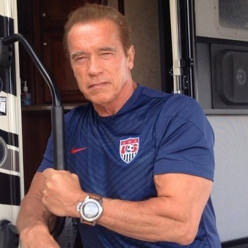 """26.jun.2014 - Arnold Schwarzenegger vestiu a camisa dos Estados Unidos para desejar boas vibrações ao time no jogo contra a Alemanha nesta quinta na Arena Pernambuco, em Recife. """"Chegou a hora, vamos Estados Unidos"""", falou o ator em sua conta do Instagram"""