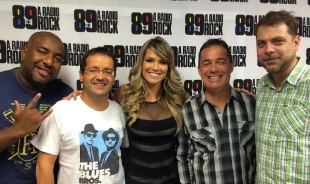 26.jun.2014 - Ex-BBB Fani Pacheco posa com os apresentadores do