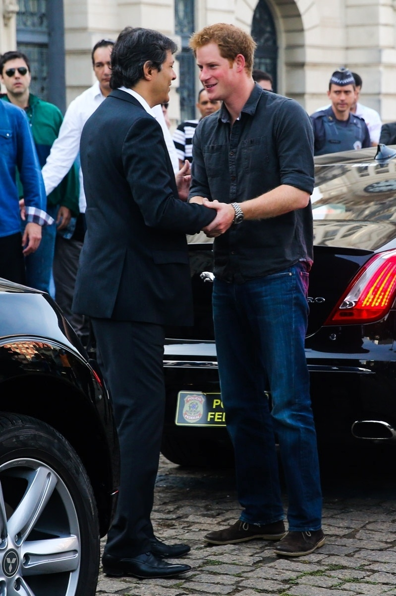 26.jun.2014 - Príncipe Harry aperta a mão do prefeito de São Paulo, Fernando Haddad, ao chegar para visita à região da Cracolândia, em São Paulo
