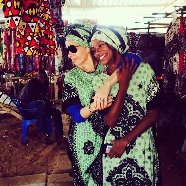 """26.jun.2014- Adriane Galisteu já está em Luanda, Angola, para participar de um evento de moda. A  apresentadora viajou na companhia da modelo Patrícia Dejesus e da produtora Amanda Gomes. """"Estamos prontas... Eu e a linda @pathydejesus amando a ferinha"""", escreveu Galisteu na legenda de uma foto que publicou nesta quinta-feira (26) no seu Instagram"""