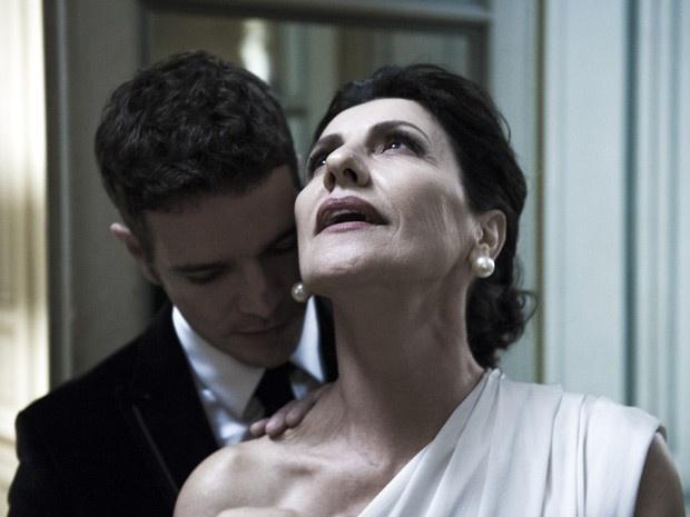 """Bruno (Daniel de Oliveira) e Gilda (Cassia Kis Magro) vivem um romance tórrido e proibido na novela """"O Rebu"""". Advogada poderosa, ela é 30 anos mais velha que o jovem ambicioso e cheio de mistérios"""