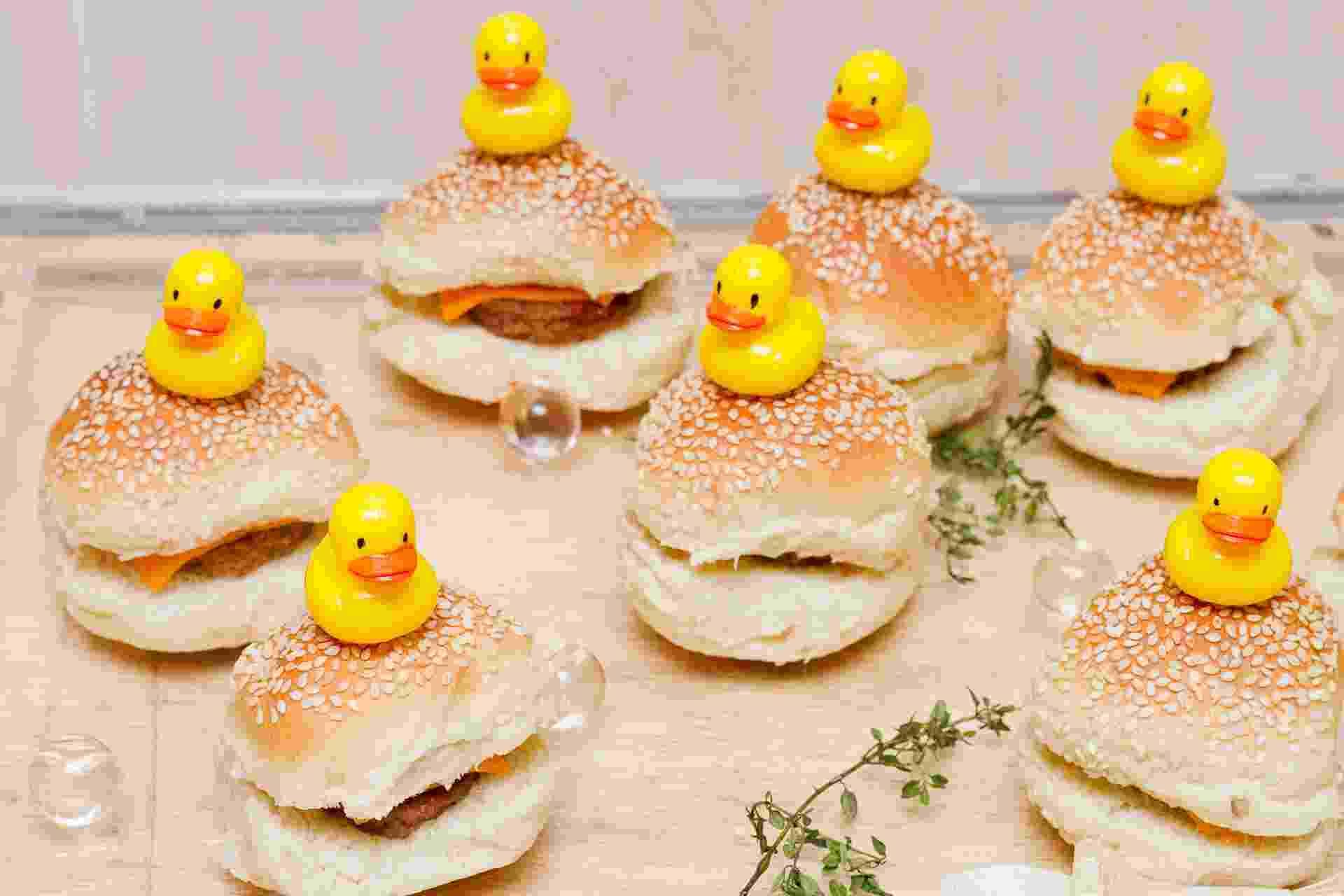 O mini-hambúrguer com queijo do bufê Duas Gastronomia (www.duasgastronomia.com.br) ganha patinhos como decoração - Divulgação