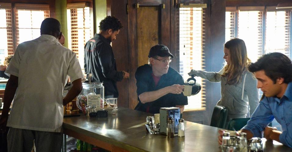 """Stephen King em cena de """"Under The Dome"""". O escritor, que também assinou o roteiro de episódio da série, costuma fazer aparições em filmes e séries baseados em suas obras"""