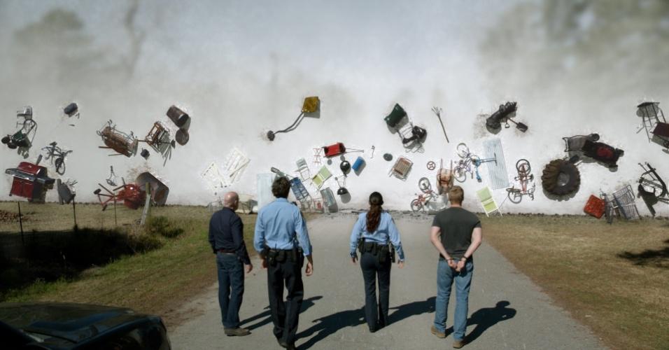 """No início da série """"Under The Dome"""", o público é apresentado à cidadezinha americana de Chester's Mill, no Maine. Quando uma misteriosa redoma cai do céu e isola a cidade do mundo exterior, as tensões que fervilhavam entre os moradores vêm à tona à medida que crescem os temores"""