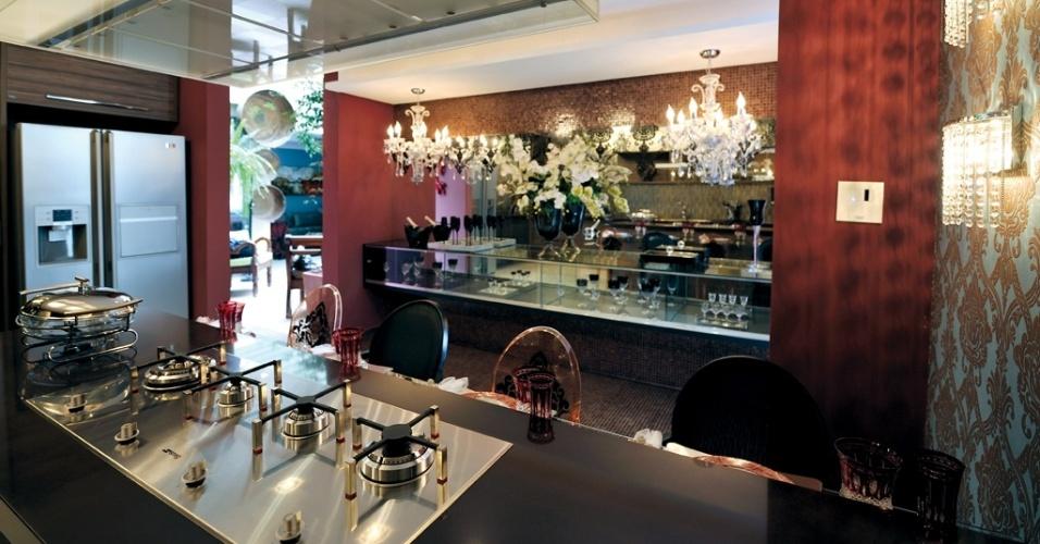 Com inspiração clássica, o espaço gourmet foi idealizado por Adriana Lima para um jovem casal que adora receber os amigos. A profissional escolheu cores fortes a fim de quebrar a a regra do branco na cozinha, que enfatizassem o estilo clássico e que estimulassem o apetite