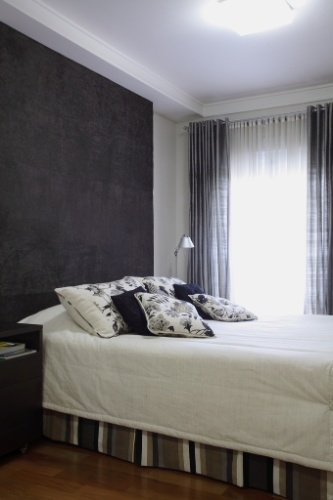 Na suíte do casal, Stela Maris recorreu à cabeceira ampla e escura para criar um contraste em relação às roupas de cama sempre clarinhas, repetindo a composição claro-escuro utilizada na formatação das cortinas. A arquiteta diz: