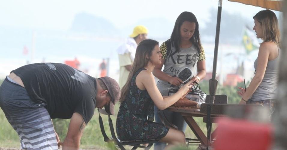 """26.jun.2-14 - Bruna Marquezine grava cena da novela """"Em Família"""" na praia do Recreio dos Bandeirantes. Nos intervalos da gravação, a namorada de Neymar não desgruda do celular"""