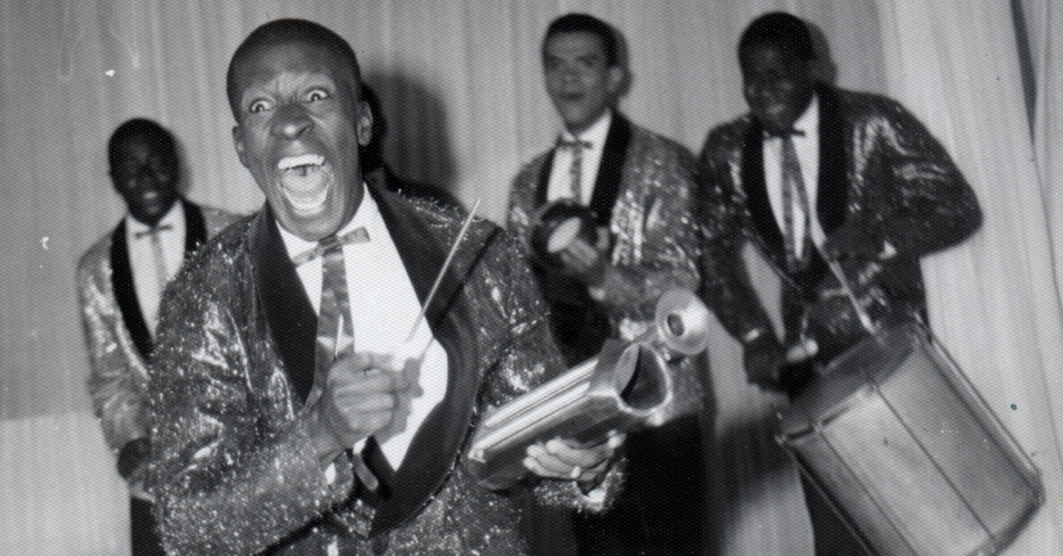 Mussum se apresenta com os Originais do Samba no México, nos anos 1960