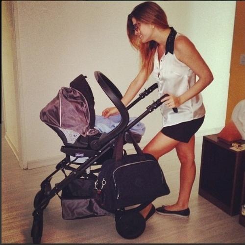 27.jun.2014 - Bárbara Borges leva o filho recém-nascido à primeira visita ao pediatra