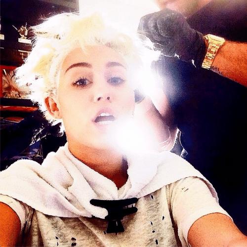 """27.jun.2014 - Miley Cyrus compartilhou no Instagram o momento em que estava retocando a coloração loira de seu cabelo. """"Cuidando das raízes"""", escreveu a cantora"""