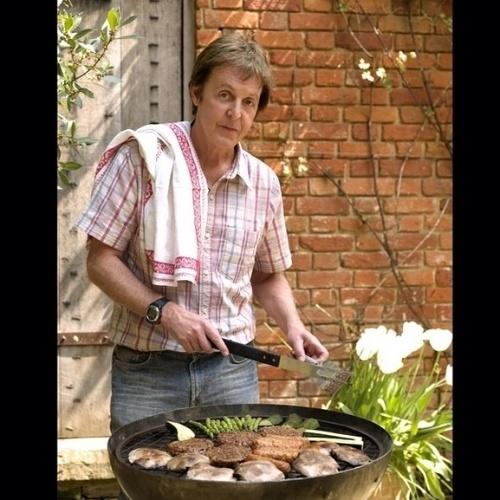 27.jun.2014 - Paul McCartney divulga foto preparando churrasco vegetariano