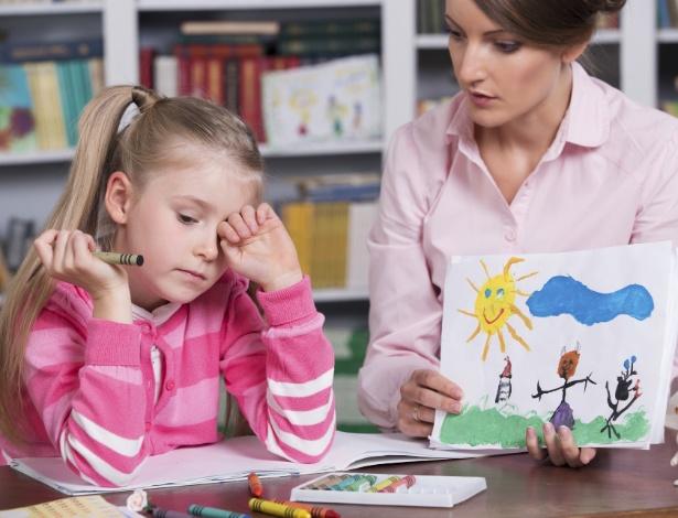 A criança dá sinais físicos, além de comportamentais, quando precisa de ajuda extra - Getty Images