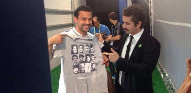 Felipe Andreoli entrega camiseta de bigodudos a Fred