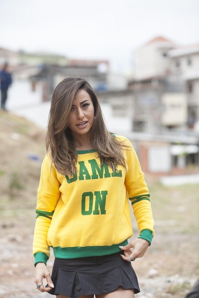 Sabrina Sato foi a campinhos de rua conhecer os craques dos terrões e conversou com os meninos que sonham em serem jogadores de futebol