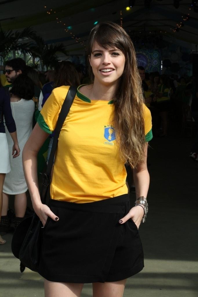 """28.jun.2014 - Atriz Agatha Moreira, de """"Em Família"""", acompanha jogo do Brasil em lounge montado na Lagoa Rodrigo de Freitas, no Rio de Janeiro"""