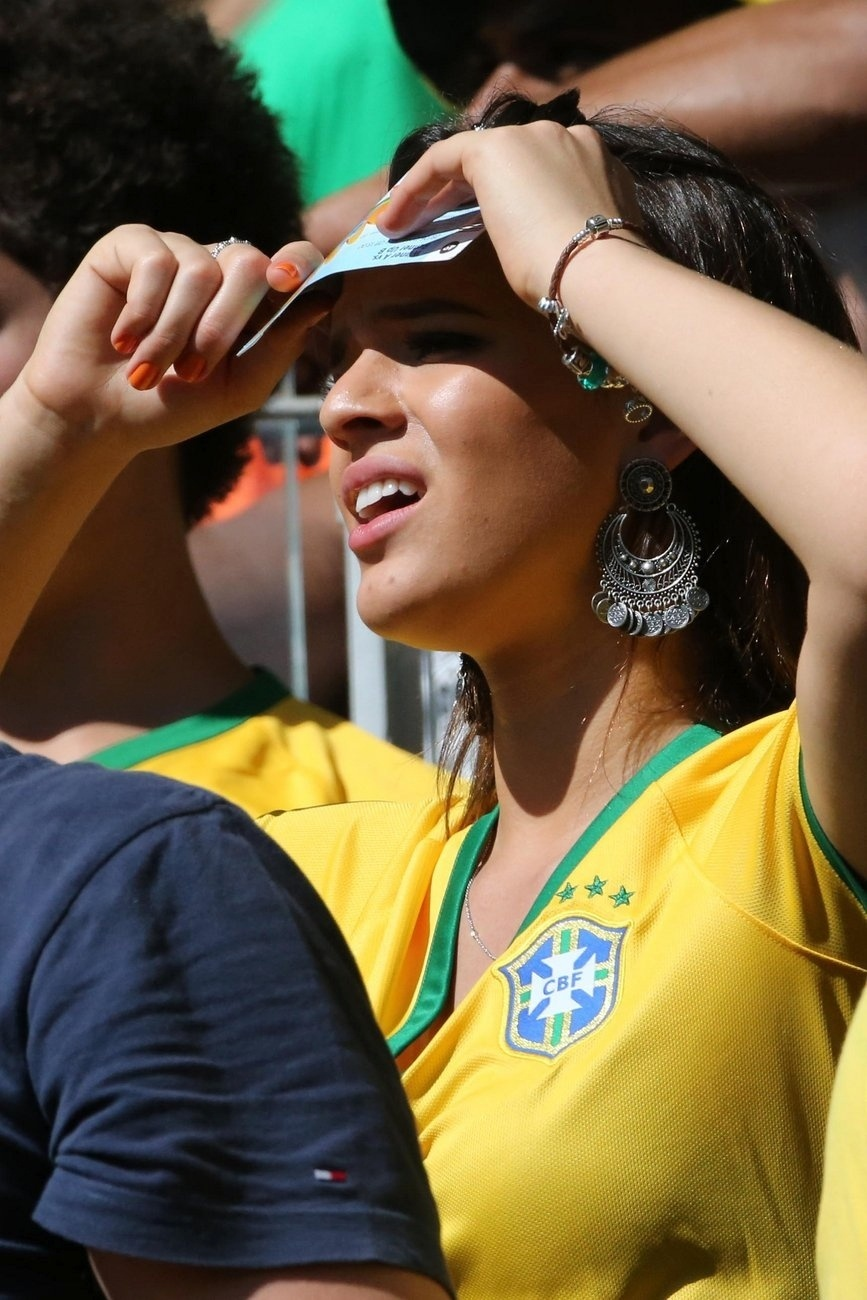 28.jun.2014 - Bruna Marquezine assiste à partida entre Brasil e Chile no Estádio Mineirão