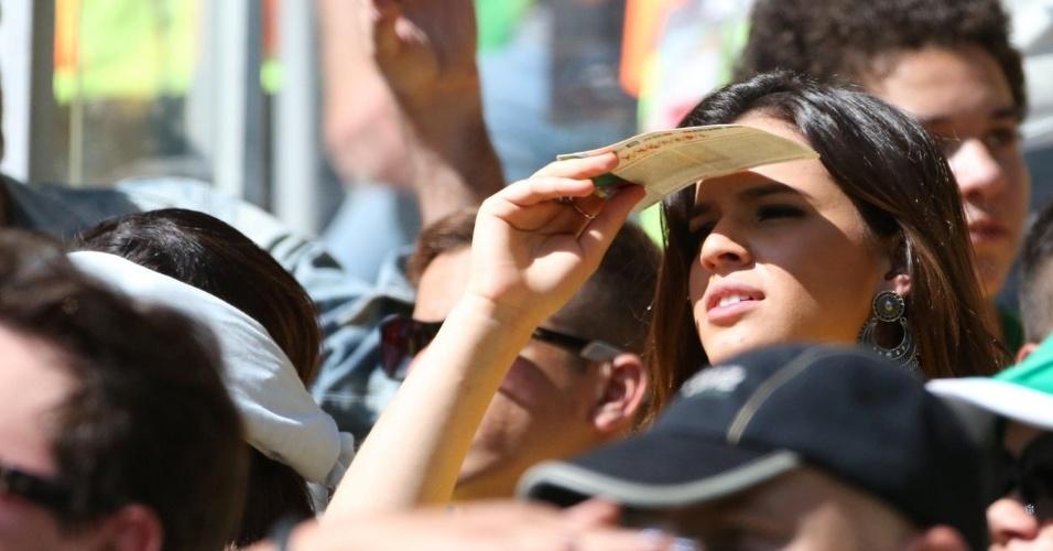 28.jun.2014 - Bruna Marquezine usa o ingresso da partida entre Brasil e Chile para se proteger do sol no Estádio Mineirão