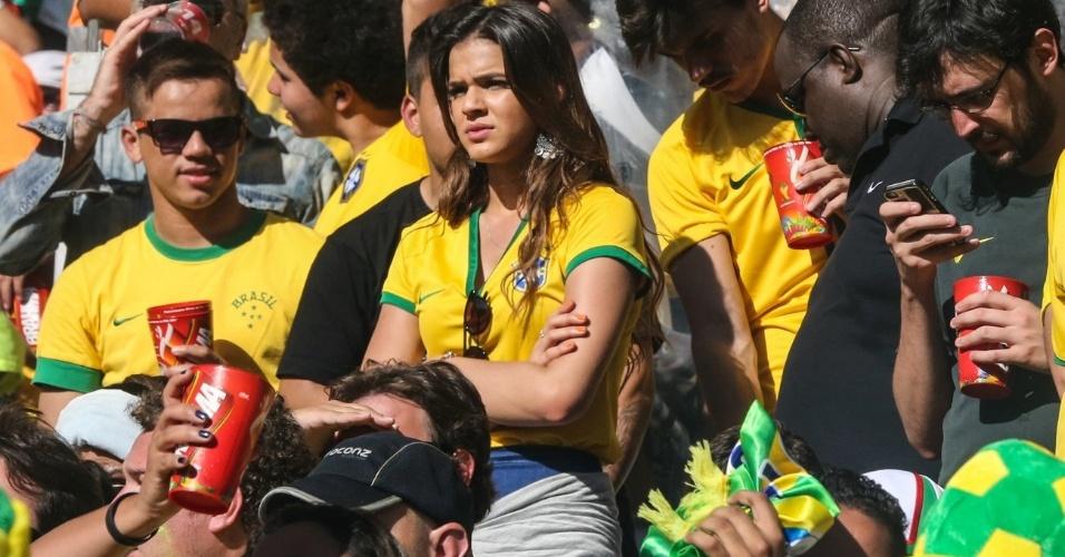28.jun.2014 - Séria, Bruna Marquezine assiste ao jogo entre Brasil e Chile no Mineirão. Com o empate no tempo regulamentar, a namorada de Neymar parece preocupada