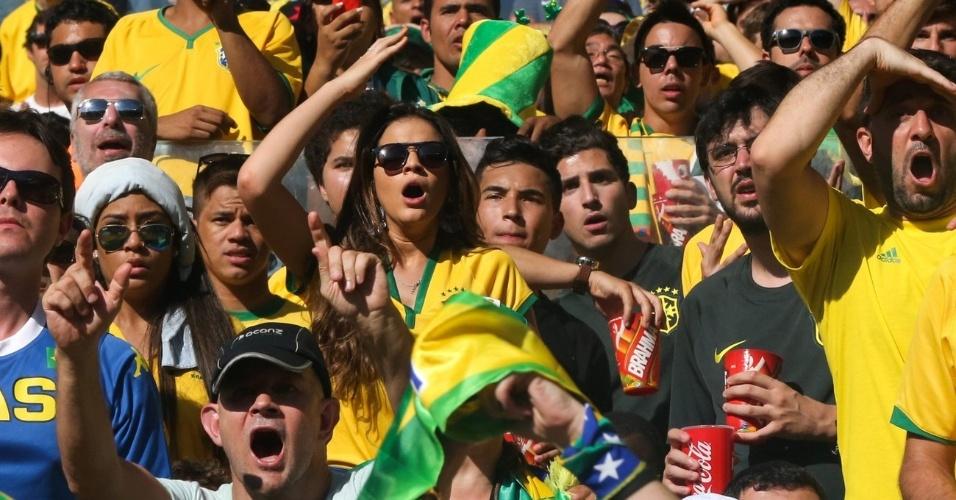 28.jun.2014 - Bruna Marquezine torce para Neymar e a Seleção no jogo contra o Chile no Mineirão