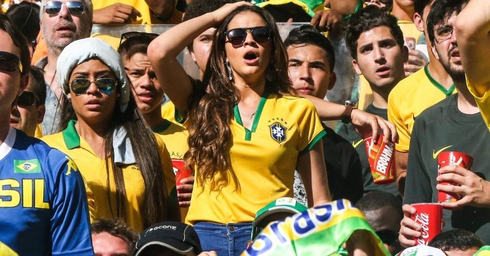 28.jun.2014 - Namorada de Neymar, Bruna Marquezine assiste à partida entre Brasil e Chile no Mineirão e demonstra tensão com o jogo
