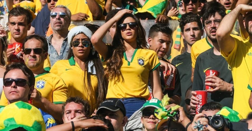 28.jun.2014 - Bruna Marquezine põe a mão na cabeça demonstrando preocupação no jogo entre Brasil e Chile no Mineirão