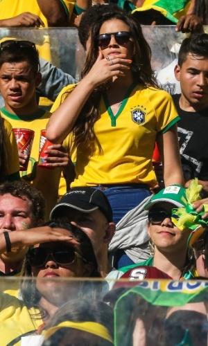 28.jun.2014 - Tensa,  Bruna Marquezine demonstra preocupação durante o jogo entre Brasil e Chile no Mineirão