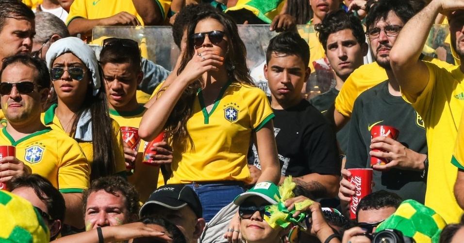 28.jun.2014 - Bruna Marquezine assiste à partida entre Brasil e Chile no Mineirão. Com o empate no tempo regulamentar, a namorada de Neymar parece preocupada